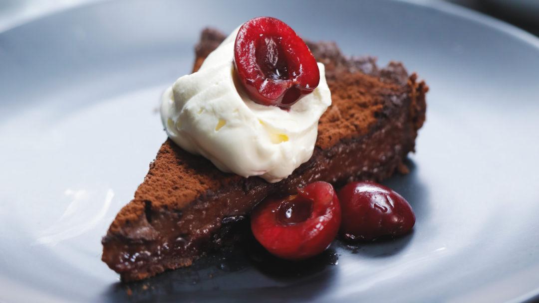 Tart me çokollatë dhe verë të kuqe