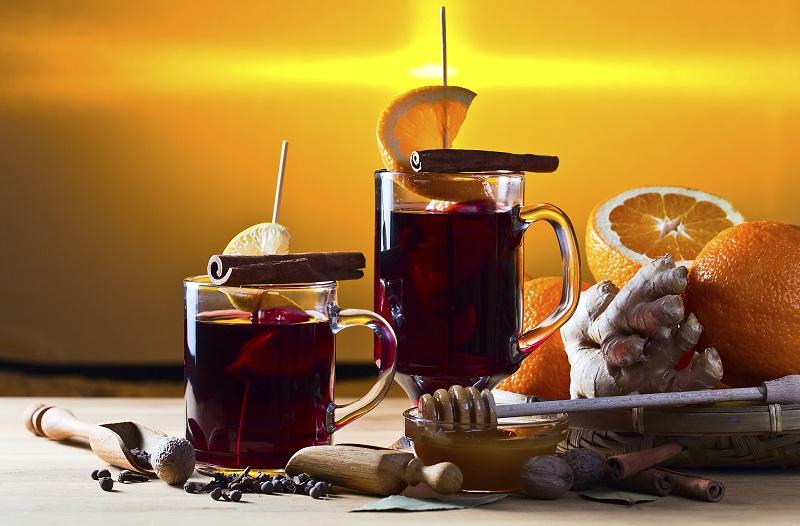 Verë e ngrohtë me mjaltë dhe kanellë