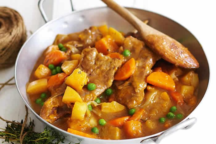 Tavë me mish qengji dhe perime